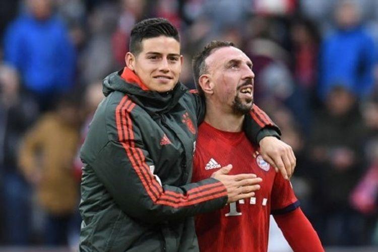 James Rodriguez dan Franck Ribery merayakan kemenangan timnya seusai laga Bayern Muenchen vs Wolfsburg di Allianz Arena dalam lanjutan Liga Jerman, 9 Maret 2019.