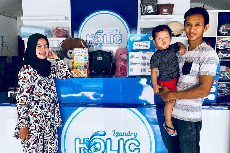 Pemain Persik Kediri, Dani Saputra bersama istrinya membuka usaha laundry sejak adanya pandemi virus corona di Kediri.