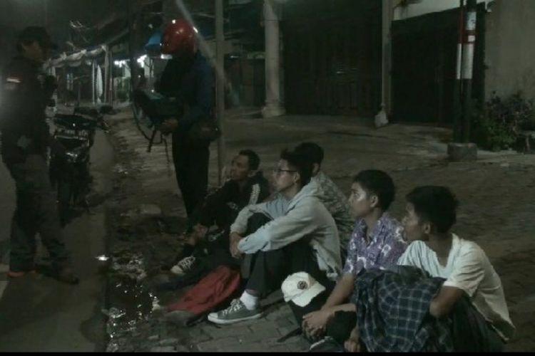 Lima pelajar yang berniat tawuran diamankan Tim Rajawali Polres Metro Jakarta Timur di kawasan Kampung Melayu, Jakarta Timur, Jumat (13/12/2019) dini hari.