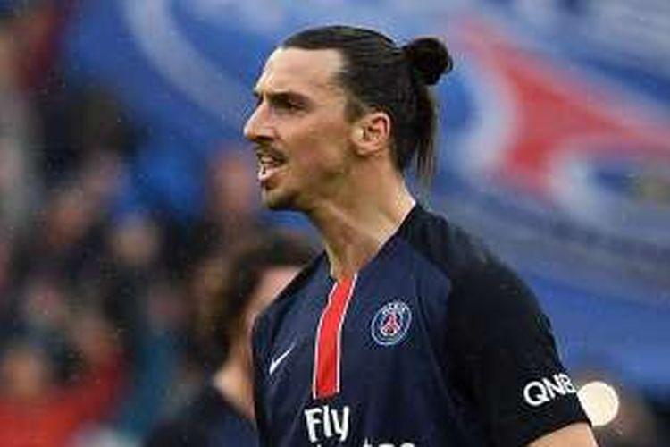 Penyerang Paris Saint-Germain (PSG), Zlatan Ibrahimovic, melakukan selebrasi usai membobol gawang Nice, pada laga Ligue 1 di Stade de France, Paris, Perancis, Sabtu (2/4/2016).