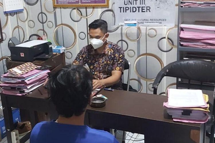 Penyidik Satreskrim Polres Tegal Kota meminta keterangan DK (36) pelaku penggelapan mobil rental, di Mapolres Tegal Kota, Kamis (29/4/2021).