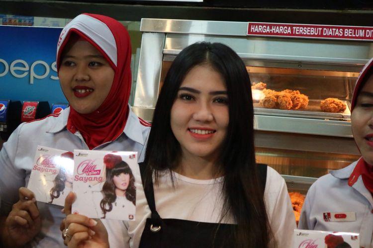 Pedangdut Via Vallen saat mengunjungi restoran cepat saji di ITC Cempaka Mas, Jakarta Timur, Rabu (17/1/2017).