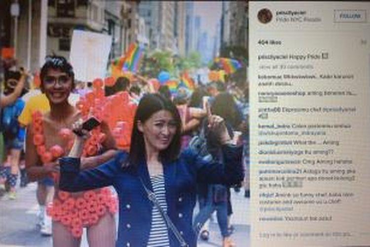Aming (kiri) dan Chef Priscil hadir dalam parade Gay Pride 2015 di New York City, AS, pada Minggu (28/6/2015) waktu setempat.