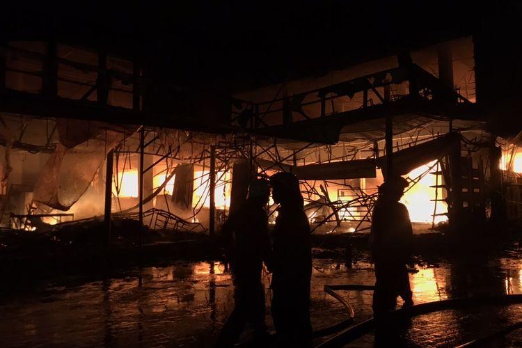 Sebanyak 25 unit mobil Dinas Penanggulangan Kebakaran dan Penyelamatan DKI Jakarta dikerahkan untuk memadamkan kebakaran di Cahaya Swalayan di Jalan Cilandak KKO, Ragunan, Pasar Minggu, Jakarta Selatan pada Selasa (21/9/2021) malam.