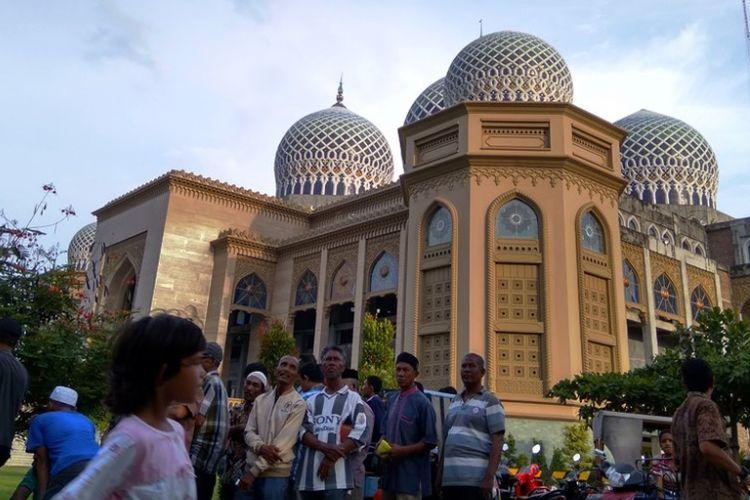 Warga menunggu pembagian kanji rumbi gratis di halaman Islamic Center, Lhokseumawe, Aceh, Minggu (28/5/2017).