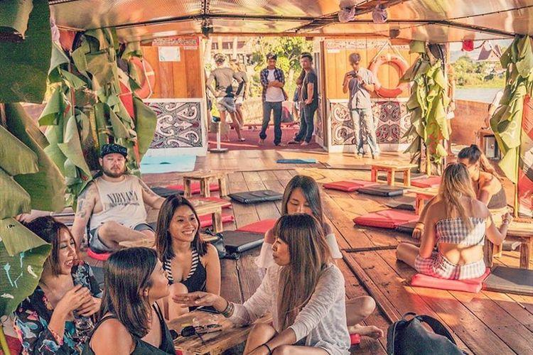 Beberapa turis di atas kapal di Danau Toba saat di event boat party yang digelar Volcano Floating Party, beberapa waktu lalu.