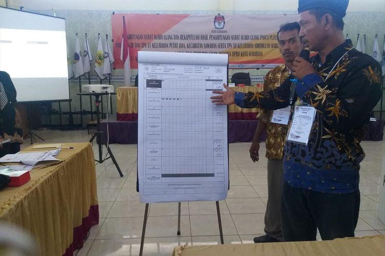 Penghitungan surat suara ulang Pileg Kota Surabaya di kantor KPU Surabaya, Senin (12/8/2019)