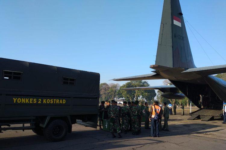 Pesawat Hercules jenis C-130 A-1336 milik Lanud Abdulrachman Saleh berserta prajurit Yonkes 2 Kostrad saat bersiap take off ke Lombok, Nusa Tenggara Barat (NTB), Senin (6/8/2018)