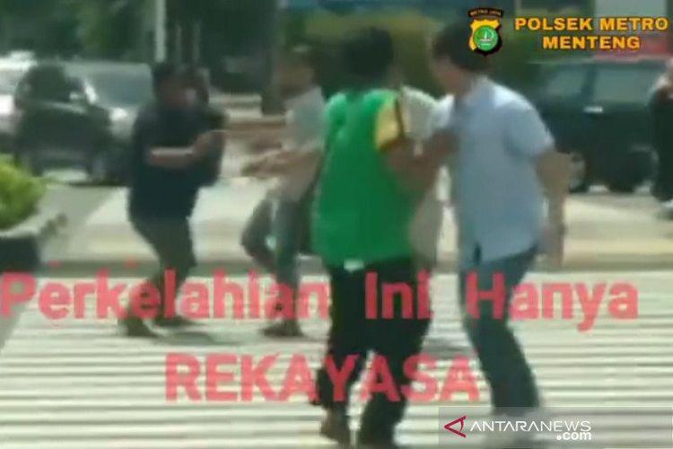 Cuplikan adegan video perkelahian yang direkayasa terjadi di Jalan MH Thamrin.