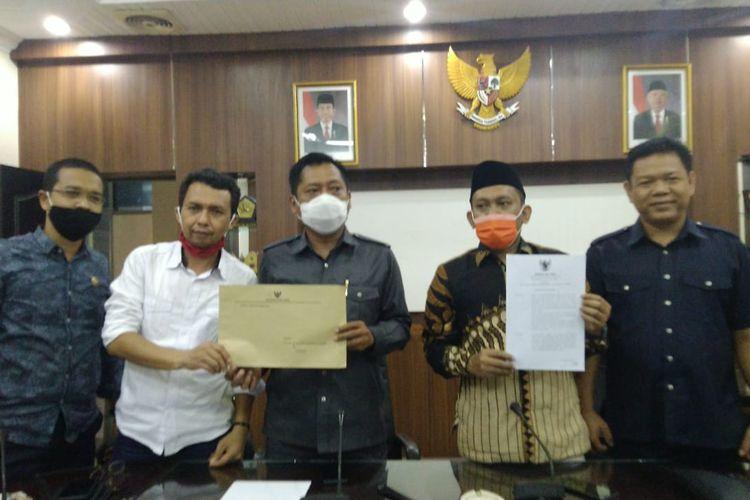 Pimpinan DPRD Jember saat menunjukkan surat sanksi dari Gubernur Jawa Timur pada Bupati Jember Faida