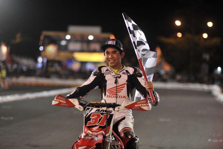 Gerry Salim dalam seri akhir kejuaraan balap supermoto Trial Game Asphalt 2018 di Sirkuit Stadion Kanjuruhan, Kabupaten Malang, Sabtu (15/12/2018)