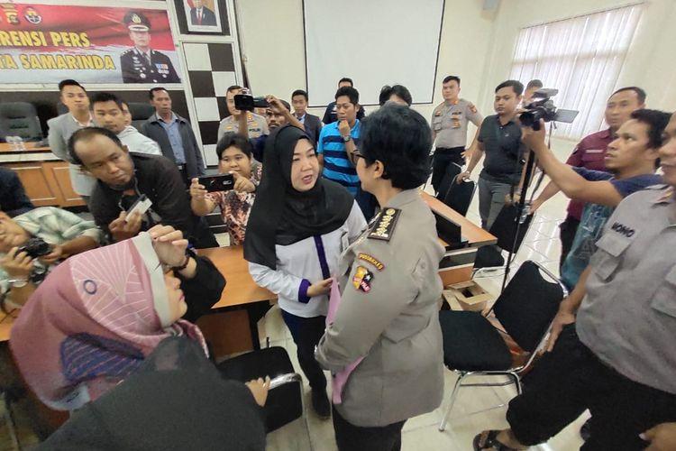 Ibu Yusuf Melisari saat saat berbincang dengan ahli forensik Mabes Polri, Kombes Pol Dr dr Sumy Hastry Purwanti di Mapolresta Samarinda, Kaltim, Kamis (27/2/2020).