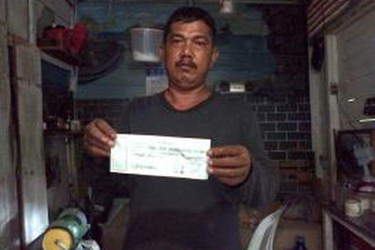 "Tak dapat suara di TPS, caleg PKS Nunukan no 7 minta kembali uang ""money politik"" kepada warga. Foto Kaharuddin memperlihatkan kuitansi pengembalian uang politik kepada Muhammad Jafar."