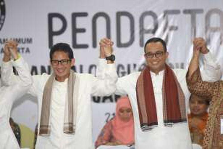 Anies Baswedan dan Sandiaga Uno diabadikan saat mendaftar di KPU DKI Jakarta, Jumat (23/9/2016). Anies dan Sandiaga resmi mendaftarkan diri sebagai pasangan bakal cagub dan cawagub Pilkada DKI Jakarta, setelah diusung oleh Partai Gerindra dan Partai Keadilan Sejahtera.