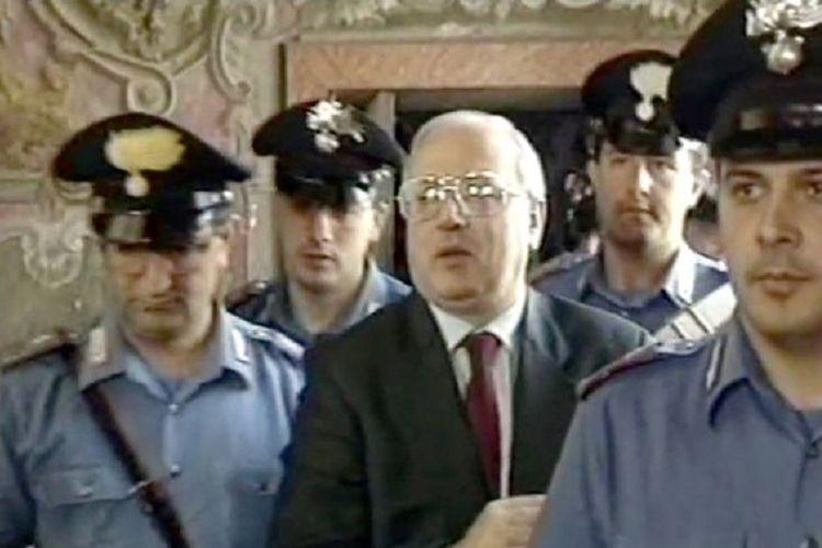 Raffaele Cutolo ketika dibawa oleh polisi Italia. Cutolo yang berjuluk Si Profesor terkenal karena dia adalah bos mafia Camorra. Dia ditemukan tewas di penjara pada 17 Februari, dan diyakini meninggal akibat pneumonia.