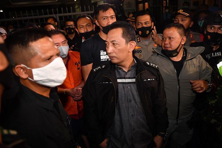 Kepala Bareskrim Polri (tengah) Komjen Listyo Sigit Prabowo menunjukkan buronan kasus korupsi pengalihan hak tagih (cessie) Bank Bali Djoko Tjandra (kedua kiri) yang ditangkap di Malaysia setibanya di Bandara Halim Perdanakusuma Jakarta, Kamis (30/7/2020). ANTARA FOTO/Nova Wahyudi/aww.