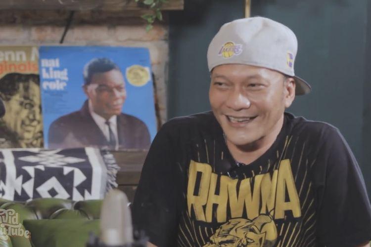 Iwa K sedang berbincang dengan David Bayu. (Bidikan YouTube Davi Bayu Tube).