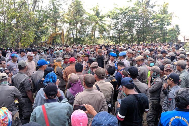 Satpol PP Kota Depok melakukan dialog dengan warga di Kampung Bulak, Depok, Jawa Barat, Senin (11/11/2019)