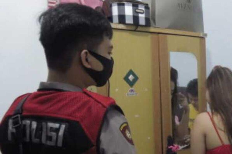 Pasangan bukan suami istri yang mengaku tante dan keponakan saat digerebek petugas di dalam satu kamar hotel kelas melati di Palembang, Sumatera Selatan, Senin (28/9/2020).