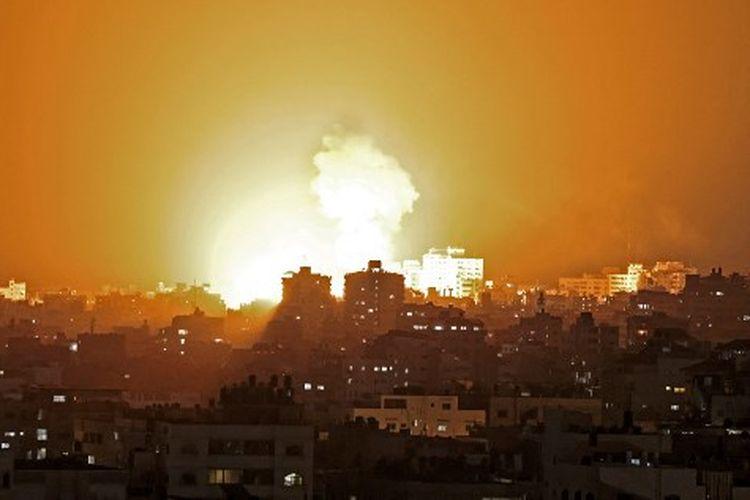 Sebuah gambar menunjukkan serangan udara Israel di Jalur Gaza, yang dikendalikan oleh gerakan Islam Palestina Hamas, pada 10 Mei 2021.