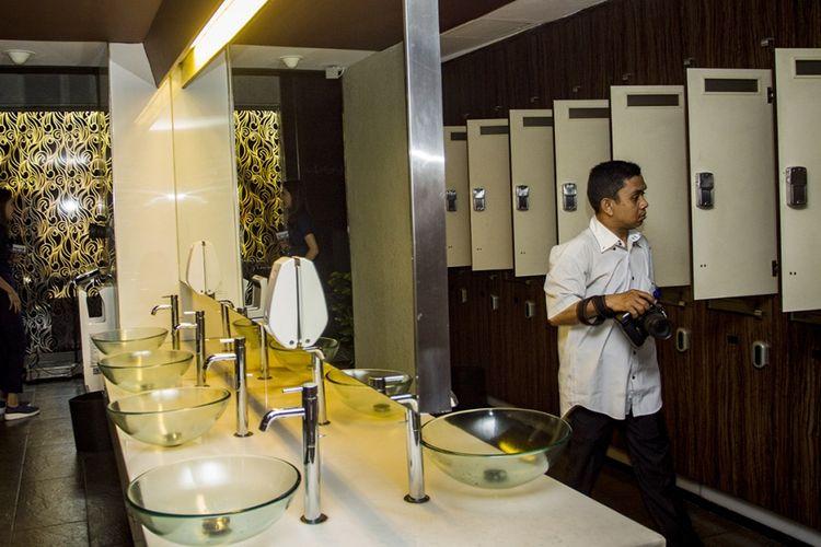 Wartawan melintasi locker room lantai tujuh di Hotel dan Griya Pijat Alexis, Jakarta, Selasa (31/10/2017). Per Selasa, 31 Oktober ini, griya pijat di lantai 7 Alexis ditutup menyusul keputusan Pemerintah Provinsi DKI Jakarta yang menolak permohonan Tanda Daftar Usaha Pariwisata (TDUP) Alexis.