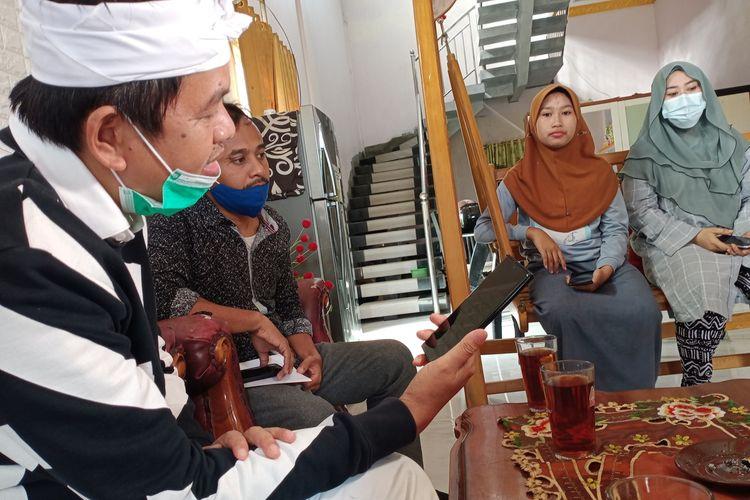 Dedi Mulyadi, anggota DPR RI saat melakukan sambungan telepon dengan A yang berseteru dengan ibu kandungnya, S, Minggu (10/1/2021).