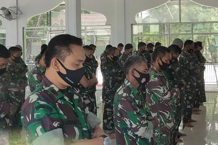 Suasana shalat gaib keluarga besar TNI di Lhokseumawe, Senin (26/4/2021).
