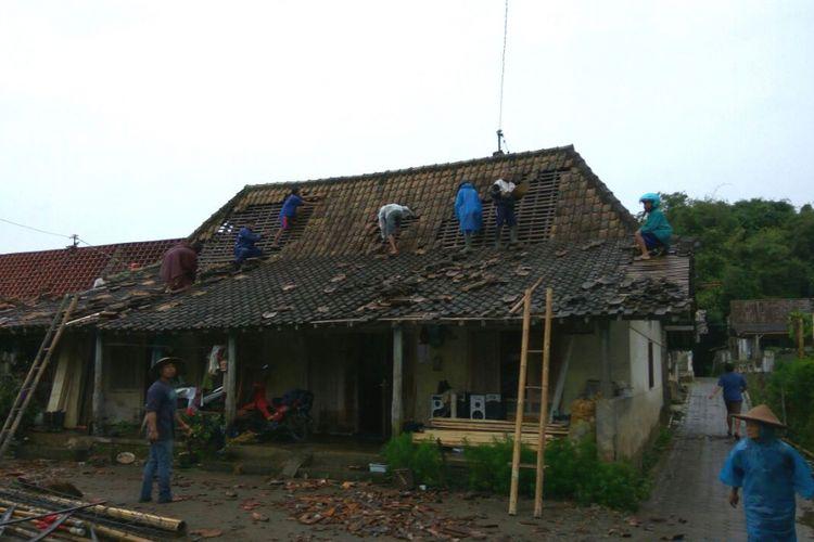 Rumah rusak akibat angin kencang di pemukiman lereng Gunung Merapi tepatnya di Dusun Candiduwur, Desa Sengi, Kecamatan Dukun, Kabupaten Magelang, Jawa Tengah, Kamis (15/2/2018) sore.