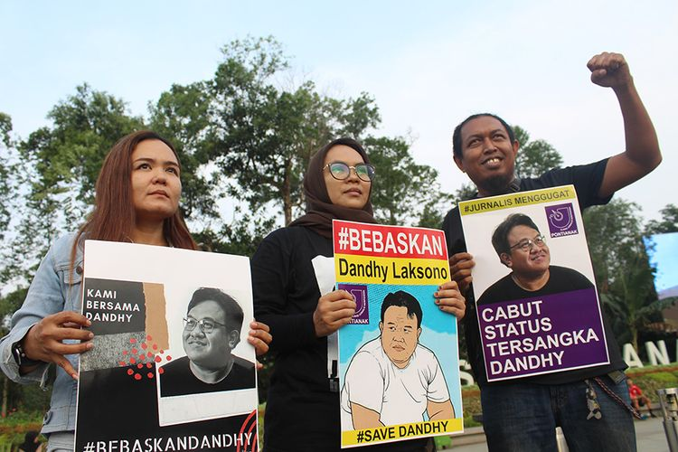 Tiga jurnalis berunjuk rasa di Pontianak, Kalimantan Barat, Sabtu (28/9/2019). Dalam aksi yang digelar Aliansi Jurnalis Independen (AJI) Pontianak dan Ikatan Jurnalis Televisi Indonesia (IJTI) Kalbar tersebut mereka menuntut pembebasan Dandhy Laksono dari jeratan pasal karet UU ITE, mengutuk tindak kekerasan yang dilakukan oknum polisi terhadap jurnalis dan menolak 10 pasal RUU KUHP yang berpotensi membungkam kemerdekaan pers.