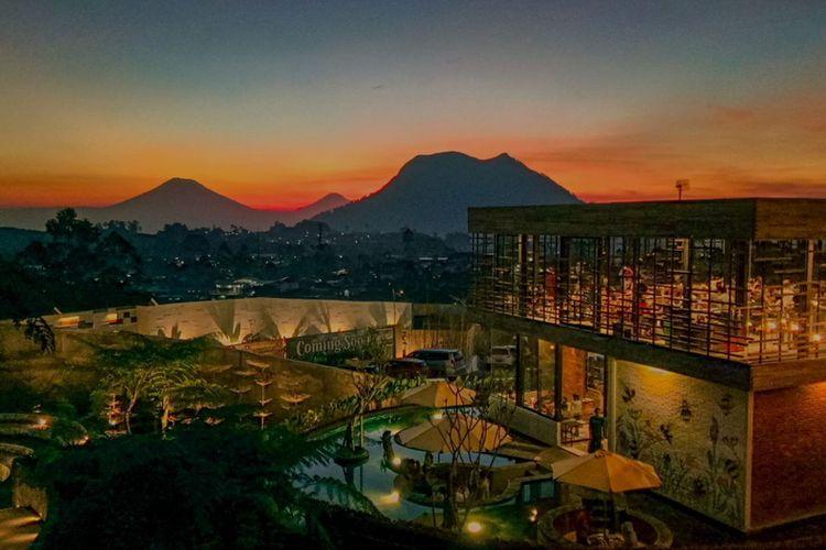 Pemandangan senja dari atas kafe Cerita Kita di Sunsetfalls Garden and Resort Magelang, Jawa Tengah.