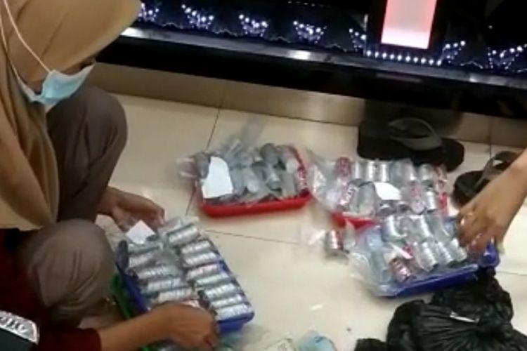 Tangkapan layar video kakek pengemis membeli emas dengan uang receh yang dibawa menggunakan karung di sebuah toko emas di Kompleks pasar di Ketanggungan, Brebes, Rabu (30/6/2021).