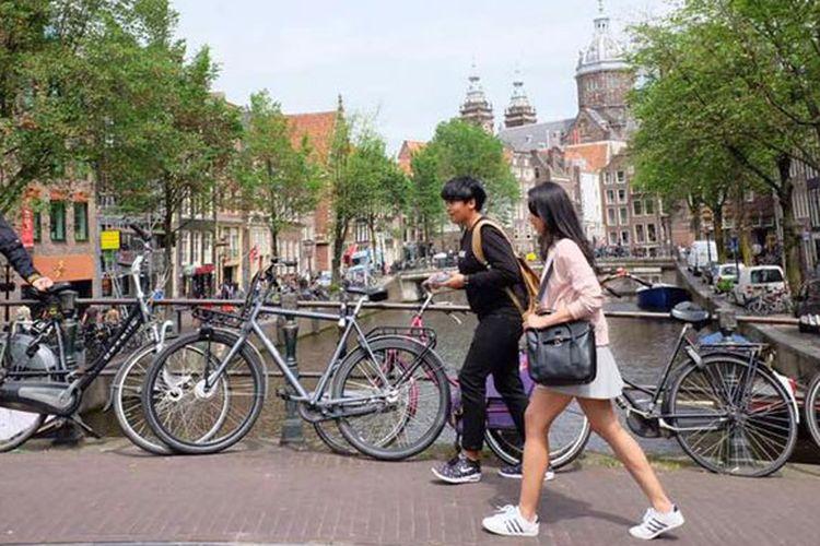 Bersepeda di Amsterdam, Belanda. Kota ini kabarnya memiliki 800.000-an sepeda. Amsterdam memang terkenal dengan sepeda. Saking banyaknya, perusahaan jasa transportasi sepeda bernama Yellow Bike mengeluarkan ide baru berkeliling Amsterdam, yang disebut Backie.