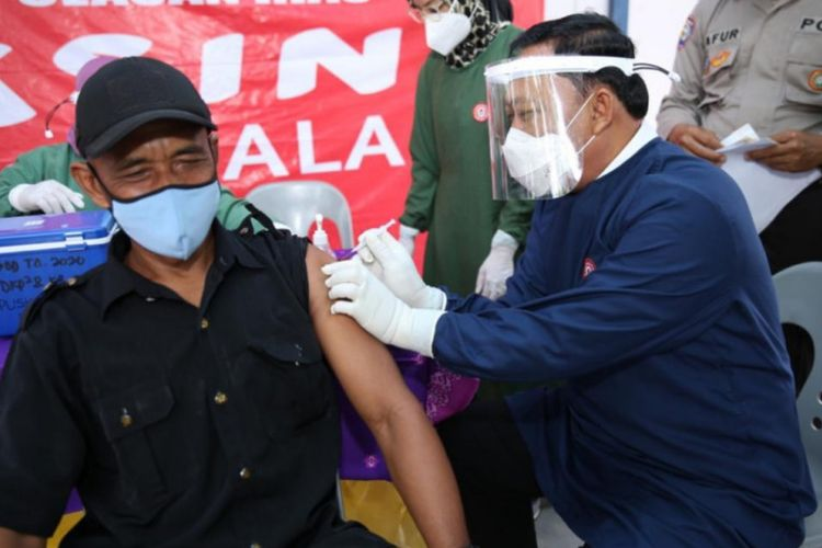 Wakil Wali Kota Tanjungpinang Endang Abdullah jadi tukang suntik vaksin untuk warga setempat di Tanjungpinang, Rabu (30/6/2021).