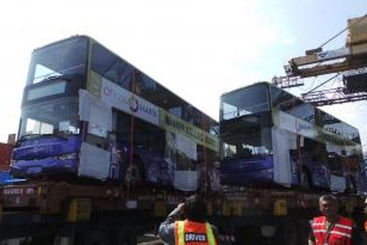 Lima unit bus tingkat wisat siap beroperasional di Jakarta. Lima bus wisata itu telah tiba di Pelabuhan Tanjung Priok, pada Senin (13/1/2014) malam.