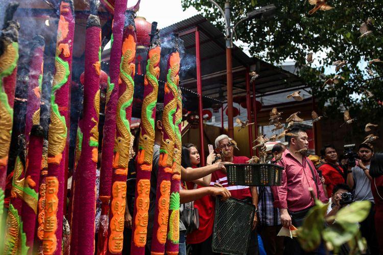 Warga keturunan etnis China berdoa merayakan tahun baru Imlek 2570 di Wihara Dharma Bakti, Jakarta, Selasa (5/2/2019). Perayaan Imlek akan berlangsung selama 15 hari dan ditutup dengan Cap Go Meh.