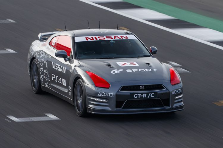 Pebalap Nismo Jann Madenborough mencoba GT-R /C di Ssirkuit Silverstone