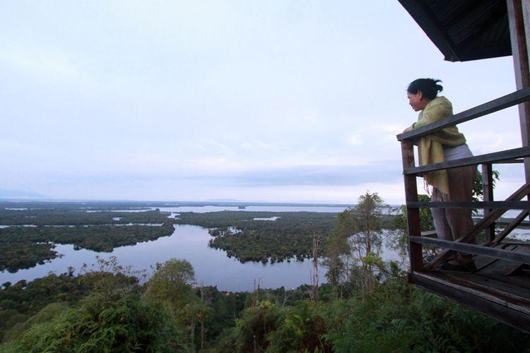 Pengunjung saat menikmati panorama Taman Nasional Danau Sentarum dari puncak Bukit Tekenang. Danau Sentarum berada di Kecamatan Selimbau, Kabupaten Kapuas Hulu, Kalimantan Barat.