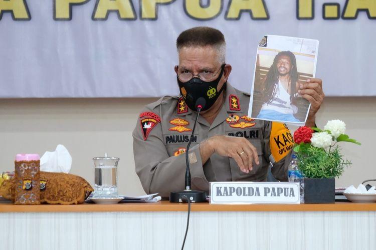 Kapolda Papua Irjen Paulus Waterpauw menunjukkan foto MT, DPO pembelian Senpi dan amunisi, Jayapura, Selasa (5/1/2021)