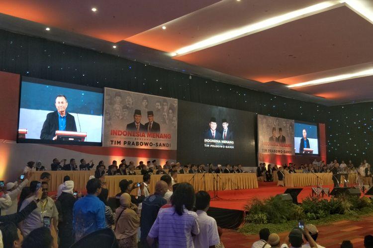 Mantan menteri BUMN Dahlan Iskan saat mengawali acara pidato kebangsaan Prabowo Subianto di Dyandra Convention Hall, Surabaya, Jawa Timur, Jumat (12/4/2019).