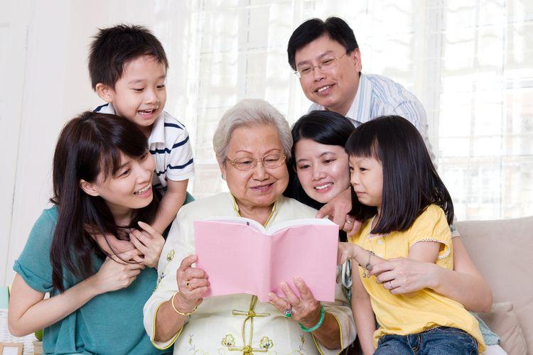 Ilustrasi beraktivitas bersama keluarga.