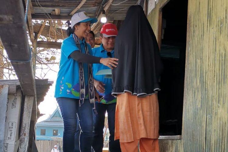 Menteri BUMN RI Rini M. Soemarno didampingi Direktur Utama Telkom Ririek Adriansyah mengunjungi salah satu rumah penduduk di Pulau Messah, NTT yang mendapat bantuan elektrifikasi. Telkom memberikan bantuan elektrifikasi ke 400 rumah di wilayah NTT sebagai bagian sinergi BUMN untuk menaikkan ratio elektrifikasi guna meningkatkan perekonomian masyarakat.