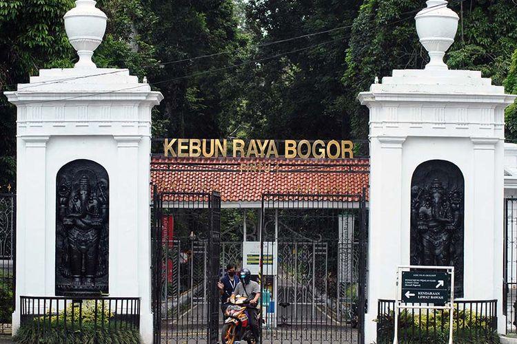 Petugas keluar dari pintu masuk Kebun Raya Bogor yang ditutup untuk umum di Kota Bogor, Jawa Barat, Kamis (19/3/2020). Mengantisipasi pencegahan penyebaran virus Corona (COVID-19), Lembaga Ilmu Pengetahuan Indonesia (LIPI) melakukan penutupan sementara empat Kebun Raya yang dikelola LIPI, yakni Kebun Raya Bogor, Kebun Raya Cibodas, Kebun Raya Purwodadi, dan Kebun Raya Eka Karya Bali.