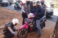 Putar Balik Sembarangan, Pengendara Motor di Jalan Dr Satrio Dihukum Cabut Pentil Ban