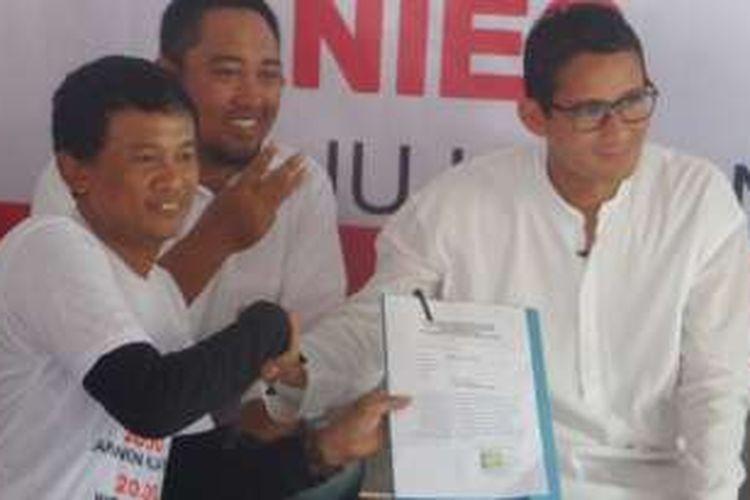 Sandiaga Uno tanda tangani kontrak politik yang disodorkan warga Kampung Nelayan, Jakarta Utara, Jumat (18/11/2016)