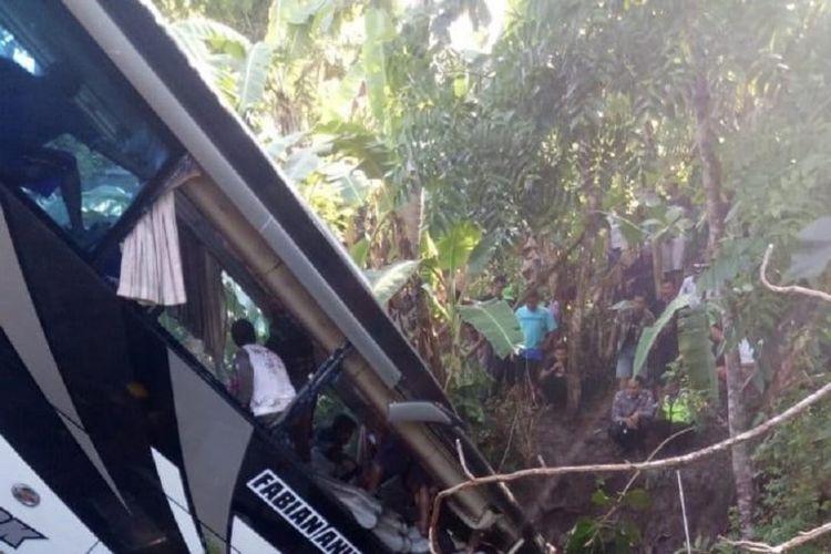 Bus yang mengangkut rombongan guru pengawas dan kepala sekolah TK asal Kabupaten Tulungagung yang masuk ke sungai di Kecamatan Kesamben, Kabupaten Blitar, Jawa Timur, Sabtu (7/12/2019). Dikabarkan lima orang meninggal akibat kecelakaan itu.