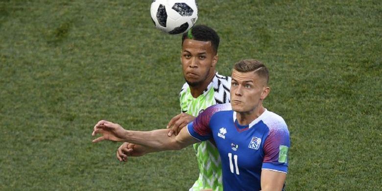 Alfred Finnbogason dan William Troost-Ekong mencoba mengejar bola pada pertandingan Grup D Piala Dunia 2018 di Volgograd Arena, 22 Juni 2018.