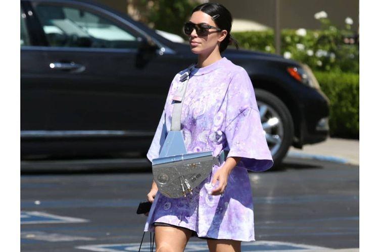 Kim Kardashian West dengan saddlebag Dior