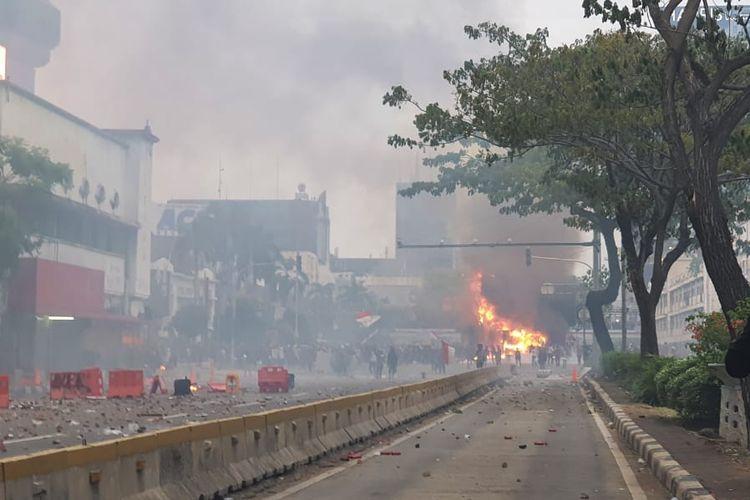 Pos polisi di simpang Harmoni, Jakarta Pusat dibakar massa pada Kamis (8/10/2020) sore.