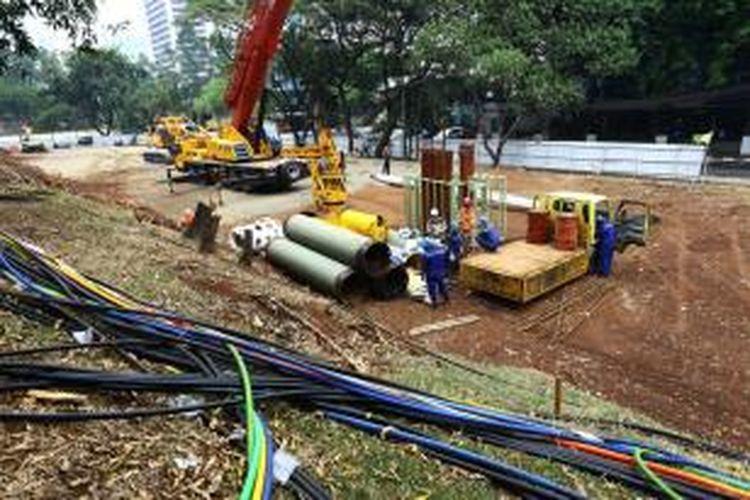 Pekerja tengah mengerjakan rancangan tiang pancang untuk pembangunan proyek mass rapid transit (MRT) di kawasan Sudirman, Jakarta Pusat, Senin (7/10/2013). Pemprov DKI Jakarta akan segera melakukan pemasangan tiang pancang untuk dimulainya megaproyek MRT.