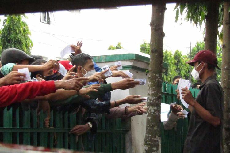 Ribuan warga berkerumun saat mendatangi lokasi vaksinasi di Komplek Dinas Kesehatan Provinsi Lampung, Sabtu (3/7/2021) pagi.